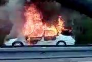 Das brennende Auto auf dem Pannenstreifen an der A2 bei Reiden. (Bild: Claude Hagen (11. April 2017))