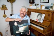 Heinz Schürmann an seinem Klavier. In den Händen hält er ein Poster mit einer Fotografie von Udo Jürgens, die er selber bei Jürgens' Konzert 2004 in Sursee gemacht hatte. Der Sänger signierte das Poster später. (Bild Philipp Schmidli)