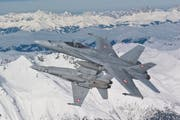 Die Schweizer Luftwaffe wird in Zusammenarbeit mit der Polizei die Luftraumsperre über dem Gotthard aufrechterhalten. (Bild: Keystone)