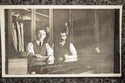 Firmengründer Albert Hägeli (rechts) mit seinem Sohn Albert junior, der das Geschäft später weiterführte. Das Bild entstand um 1920. (Bild: PD)