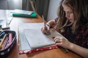 Noch gehören sie zum Alltag der Schüler: Gina Attolini (10) aus Schwyz macht ihre Hausaufgaben.Bild: Pius Amrein (Schwyz, 20 Oktober 2016)