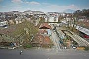 Das Areal Industriestrasse soll bis 2025 etappenweise neu überbaut werden. Die Brache hinten rechts wird zudem bald zwischengenutzt. (Bild: Pius Amrein (Luzern, 22. März 2016))