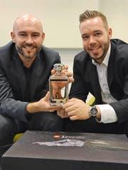 Ein Schatz aus Glas: Bruno Bomatter (links) und Rolf Aregger präsentieren ihre «Legend 1291» mit einem Kristall auf dem Flaschenboden. (Bild Urs Hanhart)