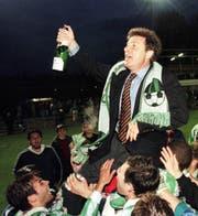 Der zweite Aufstieg in die NLA im Jahr 1997: Trainer Jochen Dries lässt sich von den Krienser Fans feiern. (Bild: KEYSTONE/Christoph Ruckstuhl)