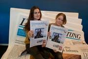 Eleonora (links) und Gina Burri am Stand der Neuen LZ. (Bild: Pius Amrein / Neue LZ)
