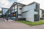 Die ehemaligen Gebäude der Trumpf AG gehören nun der International School of Zug and Luzern. (Bild: Patrick Hürlimann (Baar, 29. September 2017))
