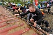 Kein Zuckerschlecken, aber ein schlammiges Vergnügen: Teilnehmer des Strongmanruns im vergangenen Jahr. (Bild Boris Bürgisser)