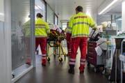 Die beiden Töfffahrer mussten ins Spital gebracht werden (Symbolbild Keystone).