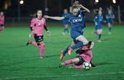 Irina Brütsch überspringt eine Gegenspielerin und wird sogleich das 2:0 für den FC Luzern erzielen. (Bild: Manuela Jans (Luzern, 11. November 2017))