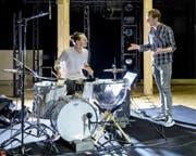 Schlagzeuger Vincent Glanzmann und Choreograf Georg Reischl in der Probe. (Bild: Ingo Höhn/PD (16. September 2016))