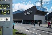 Auf der Raststätte Gotthard agierte die Diebesbande mit Störsendern, die das Abschliessen des Autos aus der Ferne verhinderten. (Bild: Christian Beutler/Keysstone)