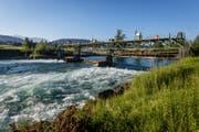 Blick auf das Wasserkraftwerk in Perlen, das von der Papierfabrik betrieben wird. Eine Restwassersanierung steht hier bevor. (Bild: Philipp Schmidli (18. Juni 2017))