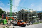 In der Goldauer Harmettlen ist die wohl grösste Baustelle im Wohnungsbau der Gemeinde Arth. 208 Wohnungen in 13 Häusern werden hier insgesamt gebaut. (Bilder Erhard Gick)