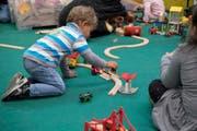 Kinder haben Spass an der Spielzeugmesse Suisse Toy, am Donnerstag, 12. Oktober 2017 in Bern. Die Suisse Toy ist der groesste Schweizer Branchenevent mit den neusten Spielen, Games, Bastelideen und Cosplay-Trends. (KEYSTONE/Anthony Anex) (Bild: Smybolbild: Anthony Anex / Keystone)