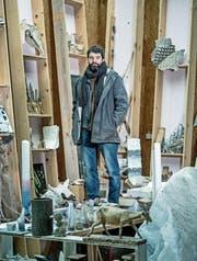 Simon Ledergerber im Atelier vor selbstgebauten Wandregalen. (Bild: Pius Amrein (Biel, 4. Januar 2018))