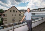 Der Leiter der Gewerbe-Treuhand-Gruppe, Bruno Käch, am Standort an der Eichwaldstrasse in Luzern. Beim Gebäude links soll ein Stockwerk aufgesetzt werden. (Bild: Philipp Schmidli (23. Juni 2017))