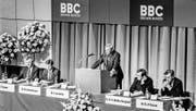 Co-Verwaltungsratspräsident Fritz Leutwiler am Rednerpult bei der ersten ABB/BBC-Generalversammlung. (Bild: Keystone (Wettingen, 31. Mai 1988))