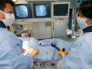 Behandlung einer Herzinfarkt-Patientin - mit den Daten aus dem Herzinfarktregister sollen Patienten besser behandelt werden können. (Symbolbild, gestellte Aufnahme) (Bild: KEYSTONE/YOSHIKO KUSANO)