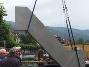 """Die Stahlskulptur """"Seesicht"""" von Roman Signer wird im Zugersee versenkt. (Bild: Kunsthaus Zug)"""