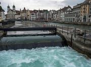 Die Seeregulierungsanlage, fotografiert von der Spreuerbrücke aus. Im Vordergrund ist das Seitenwehr zu sehen. (Bild: Nadia Schärli (Luzern, 22. März 2017))