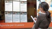 Eine junge Frau liest in Mailand Stellenanzeigen. Die Jugendarbeitslosigkeit liegt in Italien bei über 35 Prozent. (Bild: Imago)