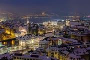Im Winter wird Luzern ihrem Übernamen «Leuchtenstadt» besonders gerecht. Ausgehen und das herrliche Panorama in einem guten Restaurant zu geniessen ist da fast Pflicht. (Bild: Archiv Neue LZ / Philipp Schmidli)