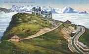 «Rigi-Kulm. Nebelmeer und Alpen». Die moderne und sehr bequeme Bahn wird im Text zwar bescheiden verschwiegen, nimmt im Bild aber ihren Platz ein. Rigi-Ansicht auf einer Postkarte. (Bild: PD/Regionalmuseum Vitznau-Rigi)