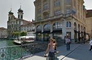 In Luzern sollen die Verkaufsflächen der Untermarke Colonys in diejenigen von Companys (Bild) integriert werden. Beide befinden sich direkt am Reusssteg. (Bild Google Street View)