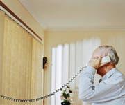Enkeltrickbetrüger versuchen oft, per Telefon Informationen über die Finanzlage ihrer Opfer zu erfahren. Bild: Getty/Symbolbild