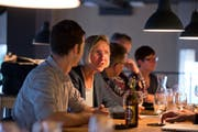 Prisca Birrer-Heimo analysierte am Sonntagnachmittag im Restaurant Libelle in Luzern das Wahlresultat mit ihren Genossen von der SP. (Bild: Dominik Wunderli / Neue LZ)