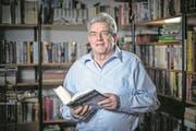 FDP-Kantonsrat Herbert Widmer (71) vor seiner Bücherecke. (Bild: Pius Amrein (Luzern, 19. Dezember 2017))