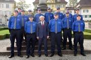 Paul Winiker, der Vorsteher des Justiz- und Sicherheitsdepartementes, mit den neu vereidigten Luzerner Polizisten. (Bild: Luzerner Polizei)