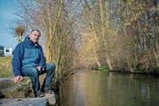 Berufsfischer Thomas Hofer sieht keinen Bedarf, die Sure hier zu sanieren. Er wehrt sich gegen das geplante Revitalisierungsprojekt. (Bild: Boris Bürgisser (Oberkirch, 6. Februar 2018))
