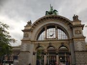Am ehemaligen Eingangsportal des Luzerner Bahnhofs klebt ein weisses Ziffernblatt auf den Uhren. (Bild: nop / Luzernerzeitung.ch)