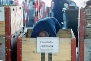 Elektrogeräte, Karton, Papier, alte Farbbehälter und zum Teil sogar nagelneue Möbelstücke werden im Ökihof entsorgt. (Bild: Nadia Schärli (Horw, 7. August 2017))
