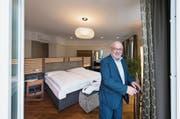 Fritz Erni, Direktor des Hotels Montana, in einem der umgebauten Zimmer. (Bild: Eveline Beerkircher (Luzern, 9. November 2017))
