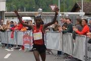 Hirum Wandangi gewinnt den NIdwaldner Lauf bei den Männern und knackt den Streckenrekord. (Bild: pd)