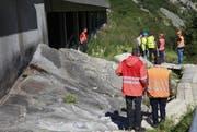 Fachleute begutachten die Unfallstelle. Für sie ist ein provisorischer Steg erstellt worden. (Bild: Florian Arnold / Neue UZ)