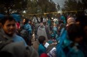 Warten auf die Registrierung: Migranten ausserhalb des Registrierungszentrums in Moria auf Lesbos. (Bild: AP/Santi Palacios)