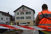 Tatort in Schattdorf: Polizisten am 24. März 2013 im Einsatz beim Restaurant zur Mühle. (Bild: Sven Aregger / Neue UZ)
