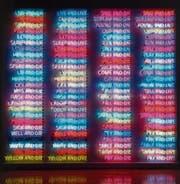 Mitten im Leben sind wir vom Tod umgeben: Bruce Naumans Neonarbeit «One Hundred Live and Die» von 1984. (Bild: PD)