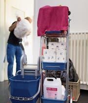 Ein Mitarbeiter einer Reinigungsfirma in Zürich. Bild: Gaetan Bally/Keystone (18. März 2014) (Bild: Gaetan Bally/Keystone (18. März 2014))
