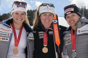 Fabienne Suter (mitte) fährt auf Rang 1, Denise Feierabend (rechts) wird Zweite, Corinne Sutter Dritte. (Bild: Keystone / Anthony Anex)