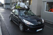 Die Polizei musste dieses Fahrzeug anhalten, da es einen Roller auf dem Dach transportierte. (Bild: PD)
