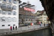 Impressionen vom Baugerüst rund um die zu renovierende Peterskapelle am Kapellplatz. (Bild: Manuela Jans-Koch (Luzern, 19. Januar 2018))