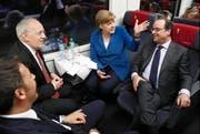 Dieses Bild wird es so schnell nicht wieder geben: Bundesrat Johann Schneider-Ammann spricht mit Angela Merkel, François Hollande und Matteo Renzi. (Bild: Keystone/Peter Klaunzer)