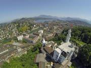 ..der Stadt Luzern, im Bild mit dem Chateau Gütsch, der Stadt und dem Seebecken. Darauf folgt die Zuger Gemeinde... (Bild: René Meier)