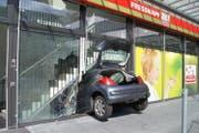 Das Auto durchbrach eine Glasscheibe. (Bild: Zuger Polizei)