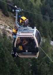 Aus einer Höhe von 200 Metern wurden Passagiere aus der Gondelbahn evakuiert. (Bild Nori Schuler)