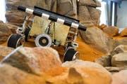 Das Modell des Sojourner-Rovers in der neu gestalteten Mars-Landschaft im Verkehrshaus. (Bild: PD)